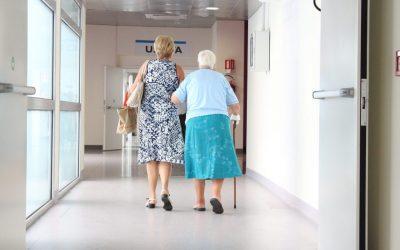Exigências para a dedução com despesas médicas Despesas com clínica geriátrica são deduzidas quando esta for qualificada como estabelecimento hospitalar.